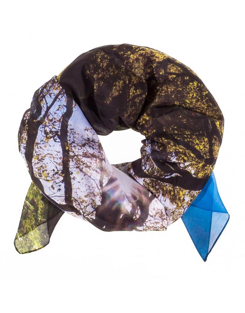 Mit diesem modischen Accessoire haben Sie stets das Schönste aus Tirol dabei: Das weiche, 100x180 Zentimeter große Tuch wird mittels modernster Digitaldrucktechnik mit wunderbarem Herbstbild vom Ahornboden verschönert. Es ist aus 100 Prozent Modal gefertigt.  Das Tuch lässt sich vielseitig einsetzen und kann etwa als leichter Schal, als Stola oder Haaraccessoire verwendet werden. Dieses besondere Stück eignet sich auch ideal als Geschenk.
