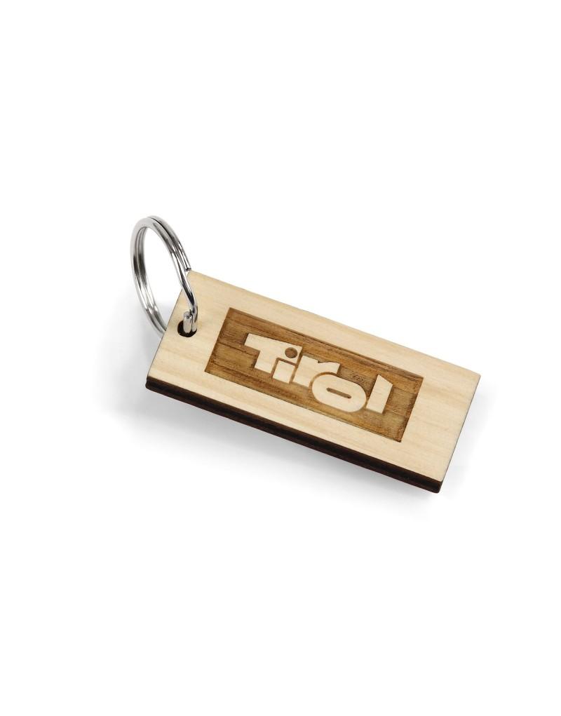 Ein duftende Erinnerung an Tirol: Dieser Schlüsselanhänger ist ein besonders Souvenir, aber auch ein ganz persönlicher Glücksbringer. Dieses Produkt wird aus Tiroler Zirbenholz im Pitztal gefertigt und mit Tirol-Logo graviert. Weil jede Holzmaserung unterschiedlich ist und das Holz im Lauf der Zeit seine Farbe verändert, ist jedes Stück ein echtes Unikat. Außerdem behält der Holzanhänger durch die Verarbeitung auch nach Jahren noch seinen unvergleichlichen Duft.     - Holzanhänger aus Tiroler Zirbe  - gefertigt in Tirol  - mit graviertem Tirol-Logo