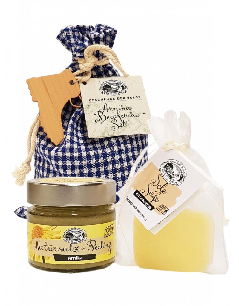 Dieses Paket belebt und schenkt neue Energie: Die Sole-Seife mit Lemongrass strafft die Haut, fördert die Durchblutung und beugt Unreinheiten vor.   Das Natursalzpeeling Arnika ist revitalisierend und belebend: Das Peeling für alle Hauttypen befreit die Haut dank feinem Steinsalz und mikronisiertem Zeolith von Unreinheiten und pflegt sie glatt. Ätherische Öle von Bergarnika, Rosmarin und Zitronengras fördern die Durchblutung, regenerieren, straffen das Bindegewebe und vitalisieren.  - Sole-Seife: 40 g - Natursalzpeeling: 150 g