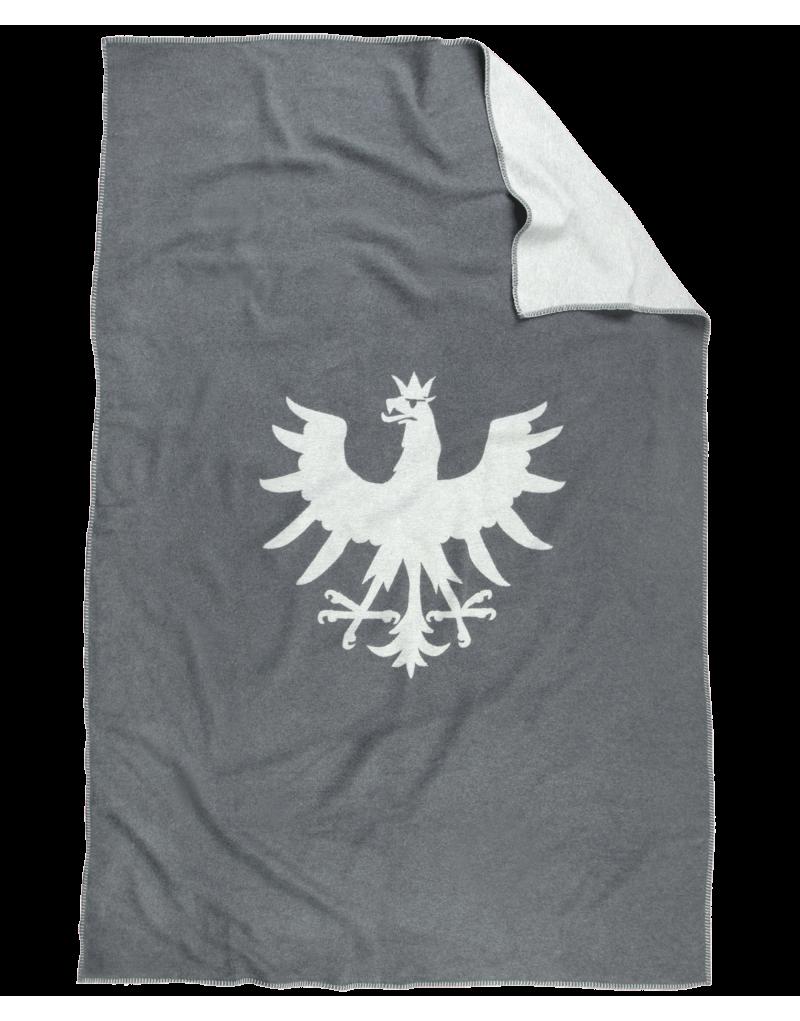 """Diese Decke ist ein echter Hingucker: Die weiche Flanelldecke in elegantem Grau mit Adlersilhouette ist ein praktisches und stilvolles Lieblingsstück. Die Decke ist ideal für kuschelige Fernsehabende auf der Couch, sie hält aber auch an kühlen Sommerabenden auf der Terrasse angenehm warm. Dazu passend: unser Kissen """"Saile"""". Die Decke wird in einer Manufaktur in Österreich gefertigt und besteht zu 100 Prozent aus Bio-Baumwolle.  -hochwertige Flanelldecke -Maße: 150 x 200 cm -Perfekt für drinnen und draußen"""
