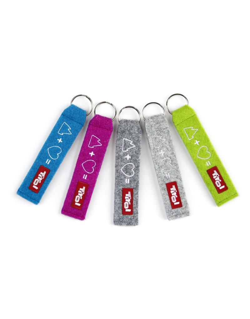 Diese bunten Accessoires machen Freude: Die Schlüsselanhänger aus Filz werden in Tirol produziert und sind ein originelles Geschenk oder ein persönlicher Glücksbringer.  -bestickte Schlüsselanhänger -in vier Farben erhältlich -in Tirol produziert -aus 100 Prozent Schurwolle