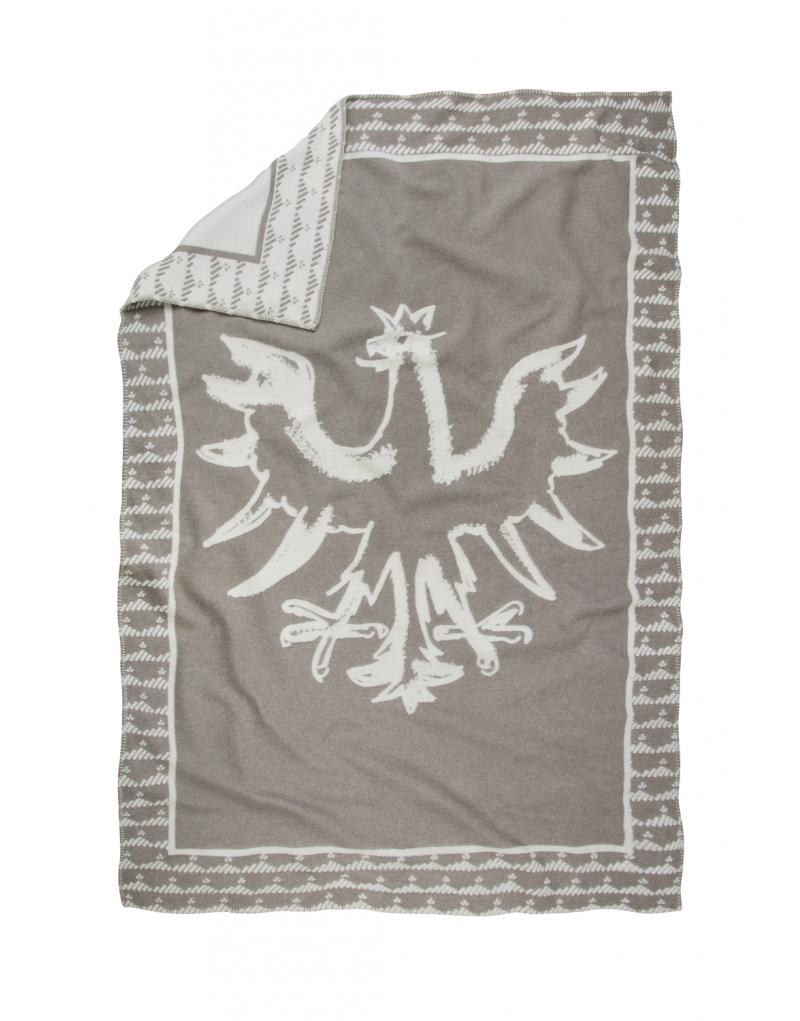 """Diese Decke ist ein echter Hingucker: Die weiche Flanelldecke in elegantem Creme mit  edler Relief-Optik  ist ein praktisches und stilvolles Lieblingsstück. Die Decke ist ideal für kuschelige Fernsehabende auf der Couch, sie hält aber auch an kühlen Sommerabenden auf der Terrasse angenehm warm. Dazu passend: unser Kissen """"Adler"""". Die Decke wird in einer Manufaktur in Österreich gefertigt und besteht zu 85% Recycling-Baumwolle, 8% Viskose, 7% Acryl -hochwertige Flanelldecke -Maße: 130 x 200 cm -Perfekt für drinnen und draußen"""