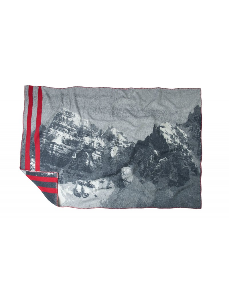 Diese Decke ist ein echter Hingucker: Die weiche Flanelldecke in elegantem Grau mit Kalkkögel-Silhouette ist ein praktisches und stilvolles Lieblingsstück. Die Decke ist ideal für kuschelige Fernsehabende auf der Couch, sie hält aber auch auf der Terrasse angenehm warm. Die Decke wird in einer Manufaktur in Österreich gefertigt und besteht zu 100 Prozent aus Bio-Baumwolle.  - hochwertige Flanelldecke - Maße: 140 x 200 cm - Perfekt für drinnen und draußen