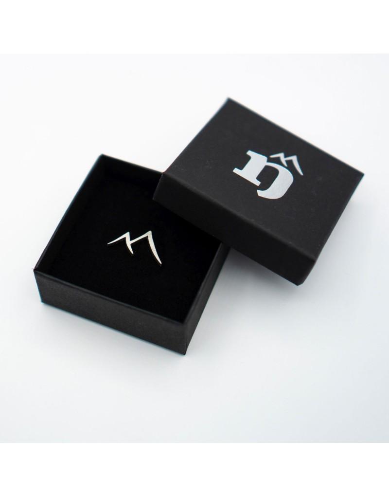 Der edle Silberpin ist in groß und klein erhältlich und eignet sich ideal für Hochzeiten.