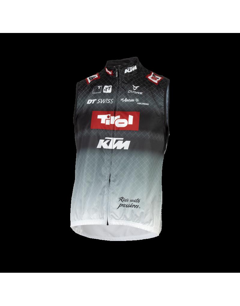 """Dieses ärmellose Gilet aus unserer """"Team""""-Serie ist ideal für ausdauernde Fahrerinnen und Fahrer. Im klassischen Tirol-Design überzeugt es mit Funktionalität und Tragekomfort: Die leichte Weste mit großflächigem Mesh-Einsatz im Rückenbereich schützt den Körper vor Wind durch das windabweisende und atmungsaktive Wind Shield-Gewebe. Der Netzeinsatz gewährt zusätzlich durchgängige Ventilation.    leichte Radweste mit funktionalem Netzeinsatz   klein komprimierbar   lässt sich ideal verstauen"""