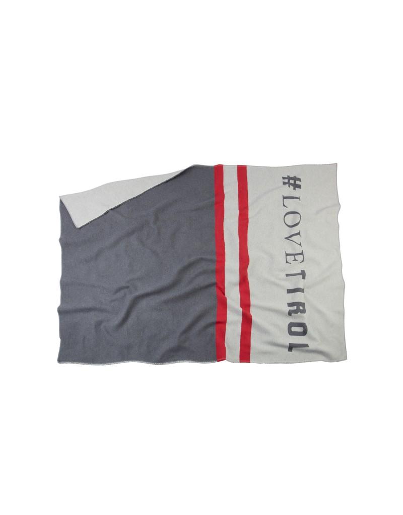 Diese Decke ist ein echter Hingucker: Die weiche Flanelldecke ist ein praktisches und stilvolles Lieblingsstück. Die Decke ist ideal für kuschelige Fernsehabende auf der Couch, sie hält aber auch an kühlen Sommerabenden auf der Terrasse angenehm warm.   Die Decke wird in einer Manufaktur in Österreich gefertigt und besteht zu 100 % aus Bio-Baumwolle.    hochwertige Flanelldecke   geendelt & offener Webkante   Maße: 140 x 200 cm   Perfekt für drinnen und draußen